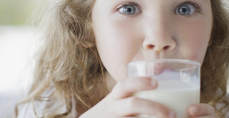 Niña con vaso de leche